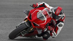 A Panigale V4 está pronta para a pista com o conjunto de acessórios Racing thumbnail