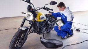 Como recarregar uma bateria de moto ou scooter thumbnail