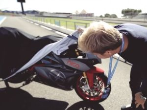 Nico cai de moto no Mónaco enquanto filmava thumbnail