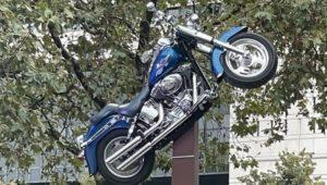 Paris: O polémico 'monumento' a Johnny Hallyday thumbnail